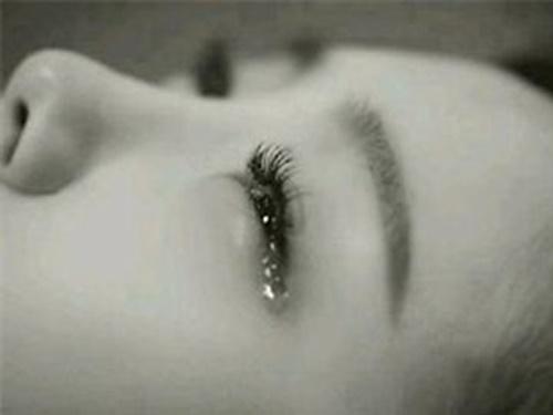 Hình ảnh nước mắt rơi con trai con gái buồn trong tình yêu 8