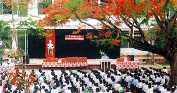 Hình ảnh hoa phượng đỏ rở rực sân trường mùa hè 7